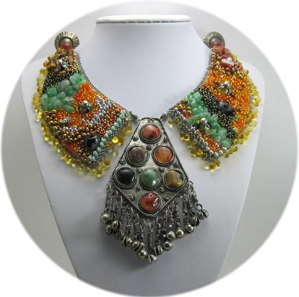 plastron ethnique avec perles