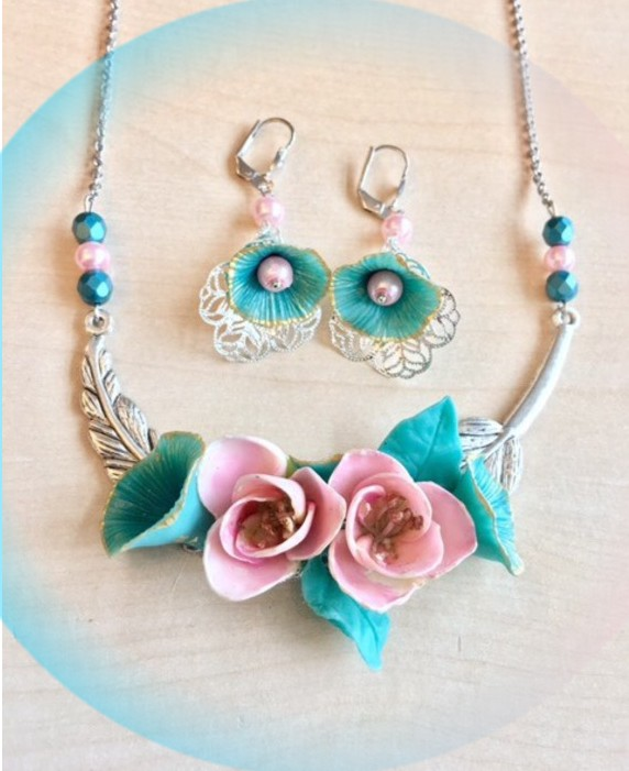 collier avec roses porcelaine froide