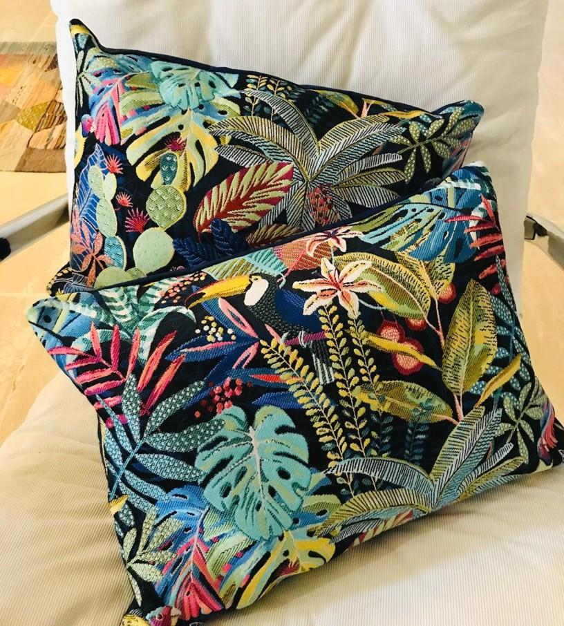 coussin rectangle style forêt tropicale avec toucan et végétation
