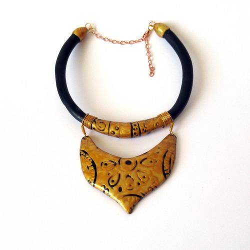 collier avec troque couleur or et noire