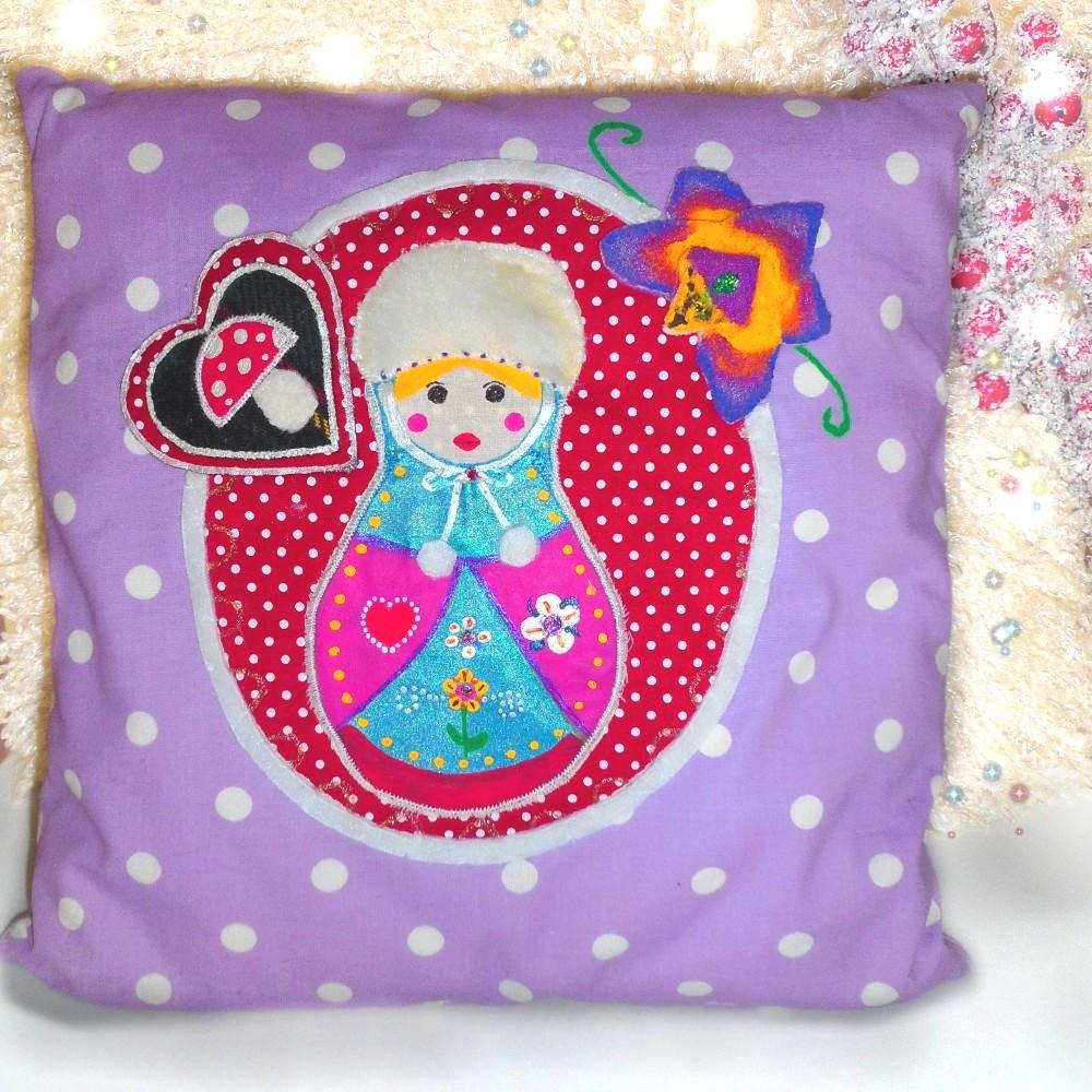 joli coussin violet motif matriochka pour chambre fillette